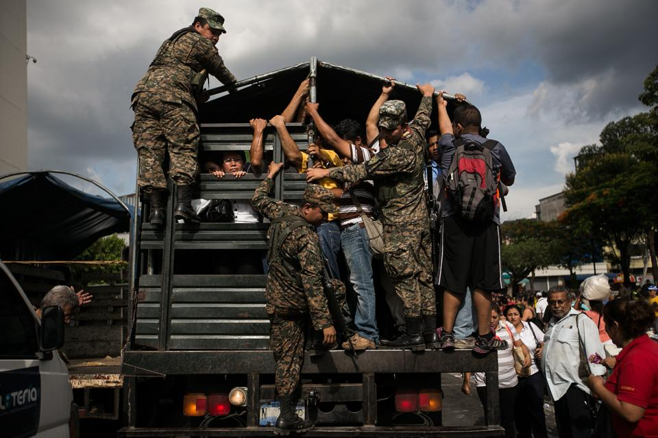 15-10-12-ElSalvador-Military-Working