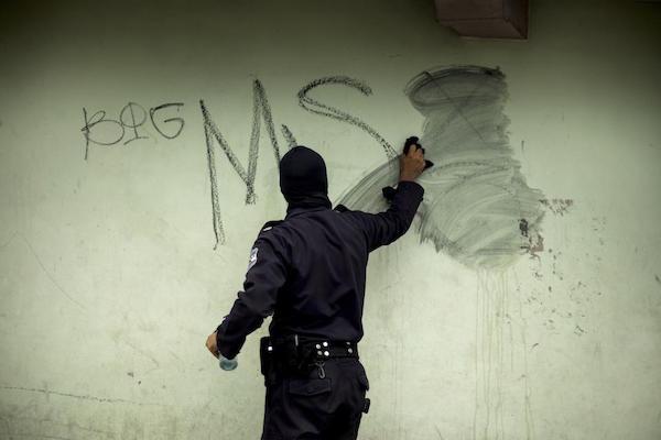 16-01-07-ElSalvador-PoliceGraffiti
