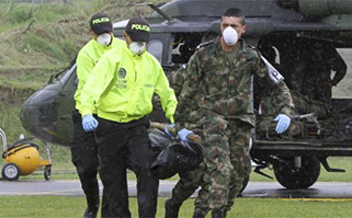 Officers remove Moná's body from a helicopter. c/o NTN24