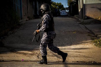 Salvadoran police officer on patrol c/o Víctor Peña