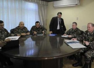 President Lugo meets with members of the military command
