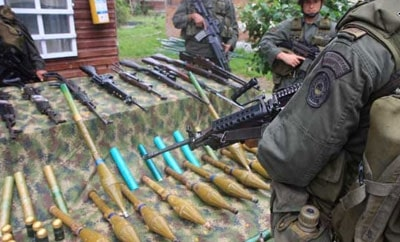 Soldiers display weapons seized on Colombia-Venezuela border