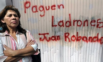 Graffiti protesting the lack of pay for state workers in Honduras