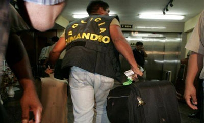 Peru anti-drug police in the airport