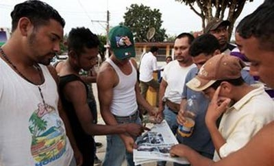 Central American migrants read about the Veracruz attack