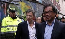 Colombia's President Santos (middle) visits a Bogota