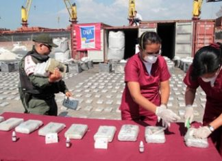Venezuelan authorities with cocaine seized in Zulia this year