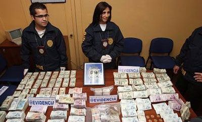 Chilean officials with confiscated money