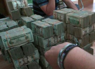 A pile of cash tweeted by Chapo Guzman's son