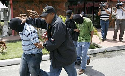 Venezuela police with suspected kidnappers