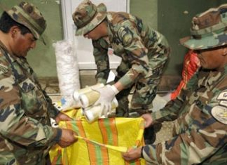 Bolivian police with cocaine from Peru