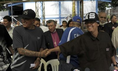 Rival gang leaders in El Salvador shake hands