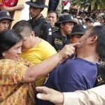 A Guatemalan woman attacks a suspected murderer
