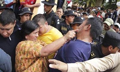 A Guatemalan woman attacks a suspected murderer