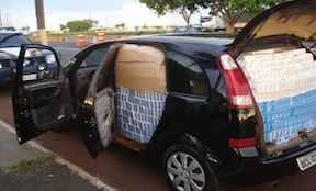 A minivan smuggling cigarettes from Paraguay to Brazil