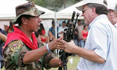 Ramon Isaza handing in his weapons in 2006