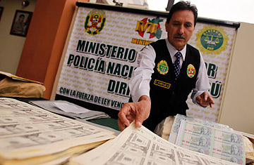 Peruvian police display counterfeit dollars