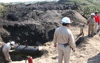 Pemex employees repairing an oil pipeline