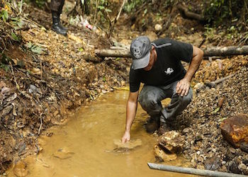 Greivin Rodríguez identifies a river contaminated from illegal gold mining in Crucitas