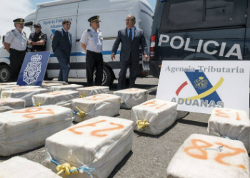 Spain's Interior Minister Juan Ignacio Zoido inspecting the cocaine seized on June 4