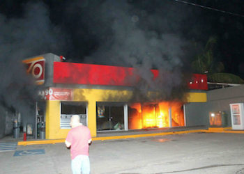 An Oxxo store burns in Michoacán state