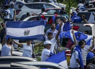 People displaying Salvadoran flags (Credit: Salvador Meléndez/Revista Factum)