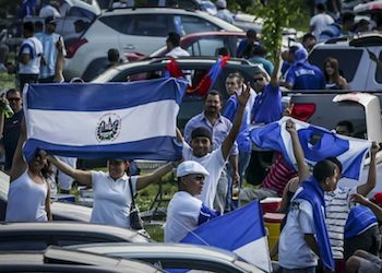 People displaying Salvadoran flags (Credit: Salvador Meléndez/Revista Factum)