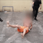 Un guardia dispara un arma de electrochoque contra un recluso